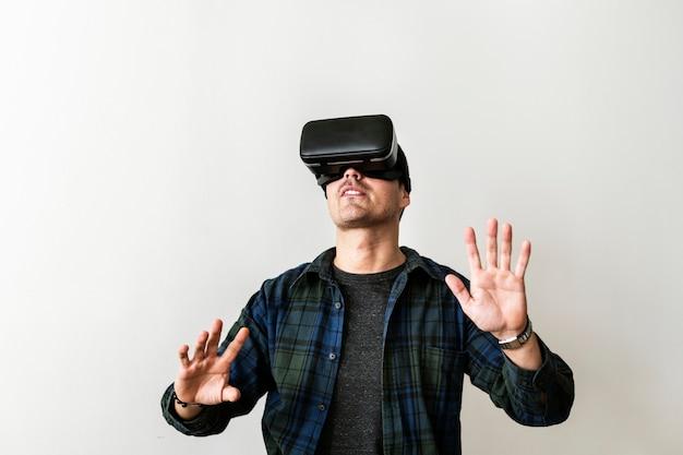 Um homem com fone de ouvido de realidade virtual