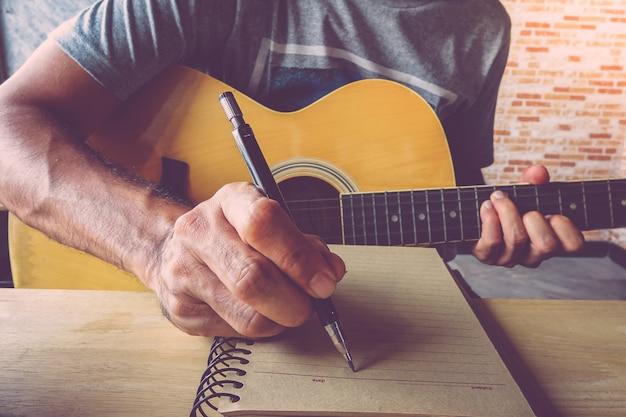 Um, homem, com, guitarra, compondo