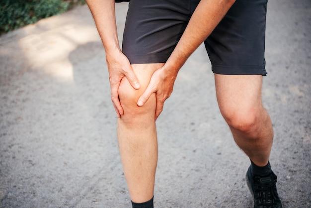 Um homem com joelho ao correr ou correr
