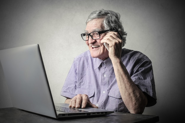 Um homem com laptop