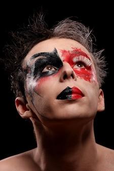 Um homem com o rosto pintado de cor