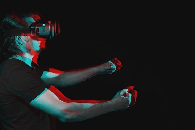 Um homem com óculos de realidade virtual está em uma simulação