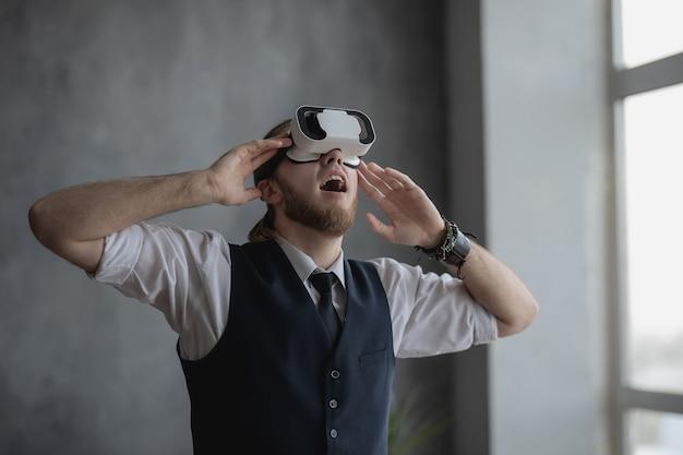 Um homem com óculos de realidade virtual está jogando