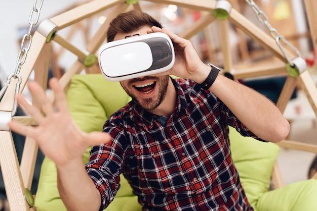 Um homem com óculos de realidade virtual.