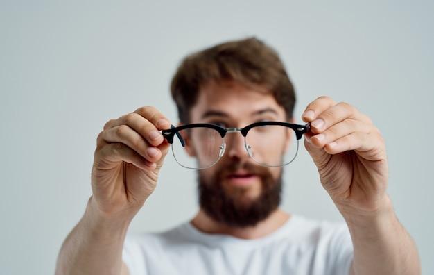Um homem com óculos na mão problemas de visão dor nos olhos miopia lentes de hipermetropia.