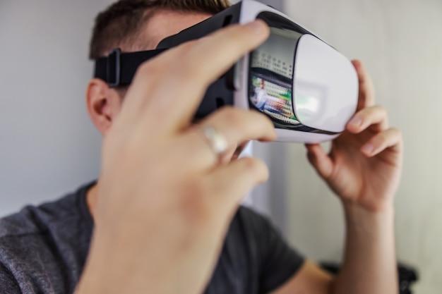 Um homem com óculos para realidade virtual