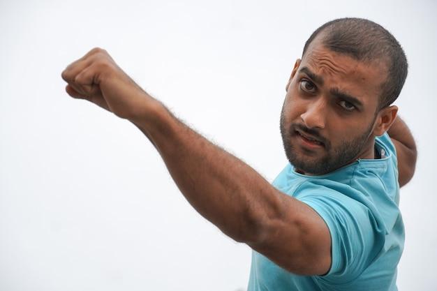 Um homem com raiva batendo com sua imagem de soco karte