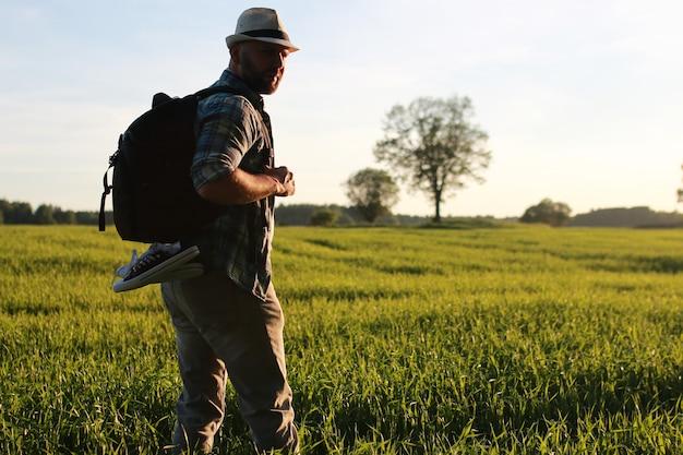 Um homem com roupas casuais é um viajante em espaços abertos