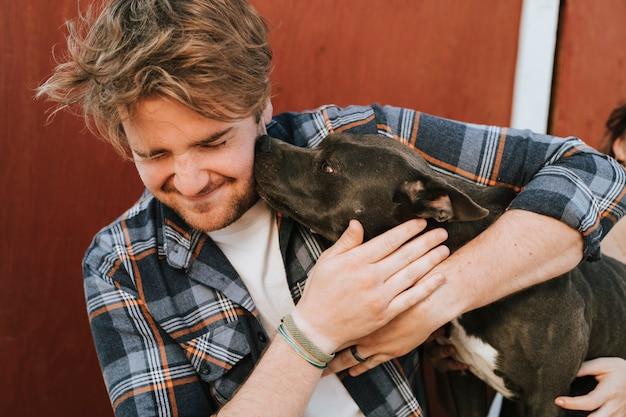 Um, homem, com, seu, pit bull terrier, cão