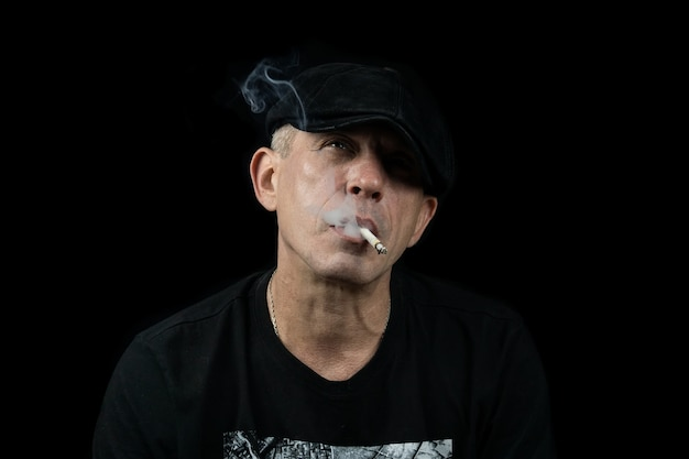 Um homem com um cigarro