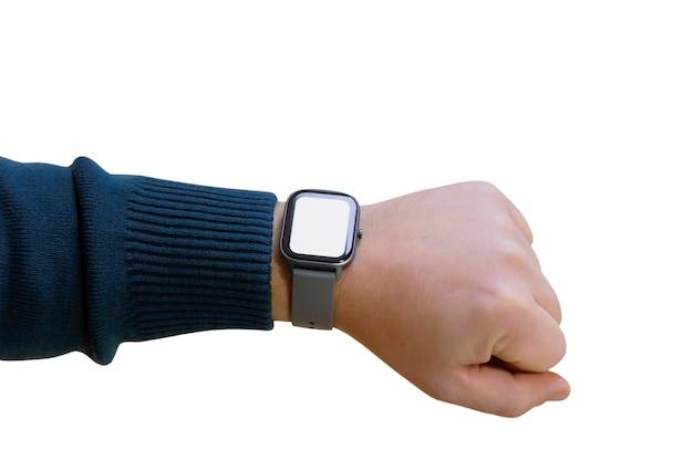Um homem com um smartwatch e uma maquete de tela branca na mão. homem usa rastreador de aptidão isolado no fundo branco.