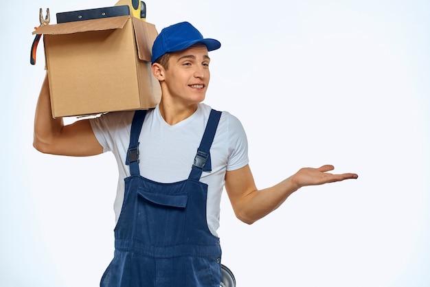 Um homem com um uniforme de trabalho com uma caixa na mão carregando um serviço de entrega.