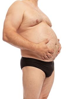 Um homem com uma barriga grande.