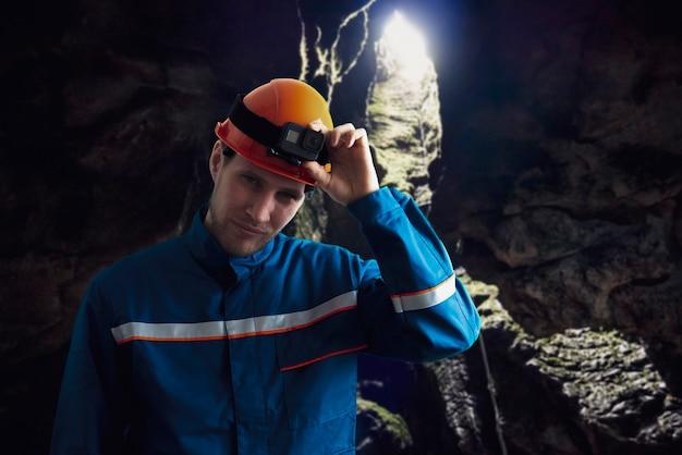 Um homem com uma câmera de ação na cabeça - atividades extremas
