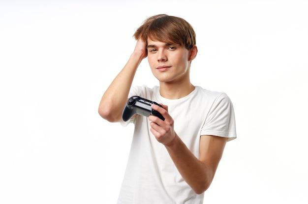 Um homem com uma camiseta branca com um joystick nas mãos e um estilo de vida de passatempo