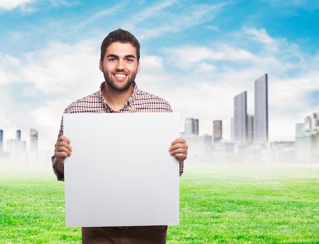 Um homem com uma folha de papel