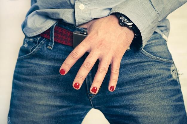 Um homem com unhas pintadas. desenho de unhas masculinas. manicure masculina. demonstração de um belo design de unhas.