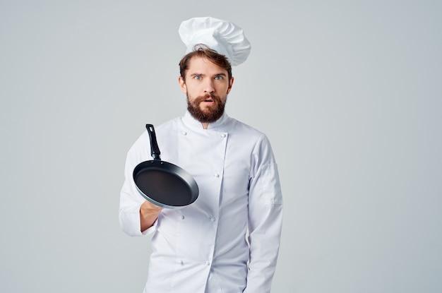 Um homem com uniforme de chefs restaurante prestação de serviços luz de fundo