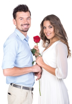 Um homem dá uma rosa para sua amada namorada.