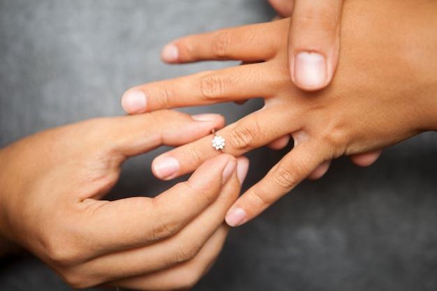 Um homem dando a uma mulher um anel de casamento. conceito de proposta de casamento