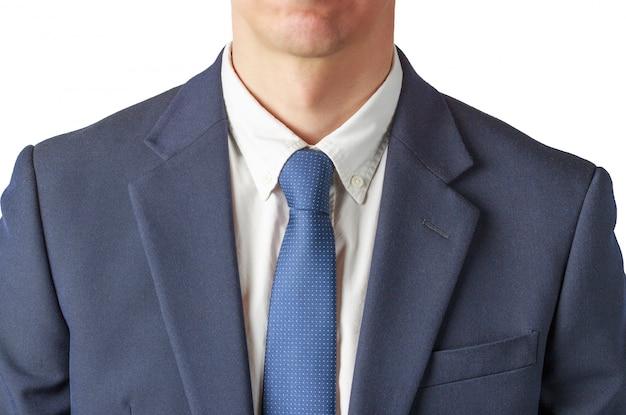 Um homem de camisa branca, em um terno de negócio em uma parede branca, uma vista de cima
