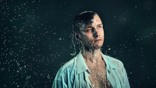 Um homem de camisa na chuva