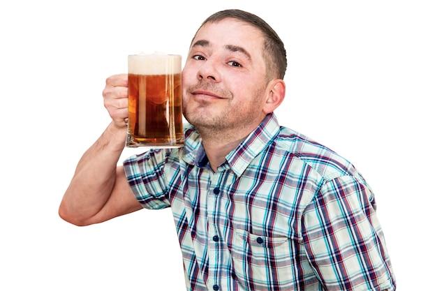 Um homem de camisa pressiona um copo de cerveja contra o rosto. fundo branco isolado.