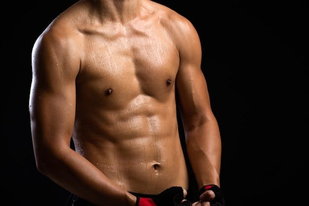 Um homem de corpo de aptidão de força