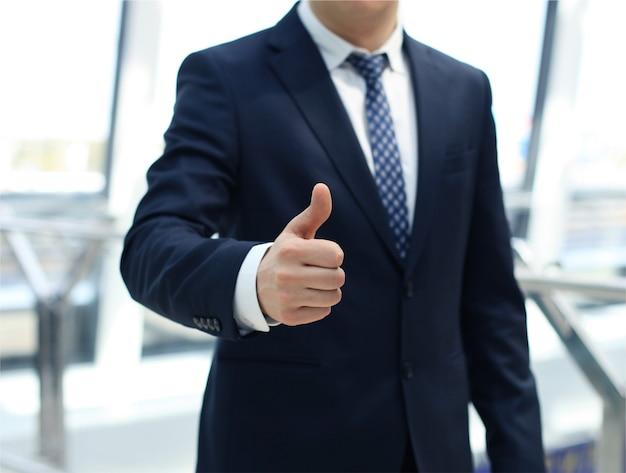 Um homem de negócios atraente em um homem de negócios atraente em um ambiente de negócios leve