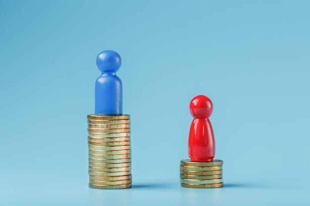 Um homem de negócios bem sucedido azul com um grande lucro em uma pilha de moedas de ouro e um homem de negócios menos bem sucedido vermelho com pequenas empresas em um fundo azul.