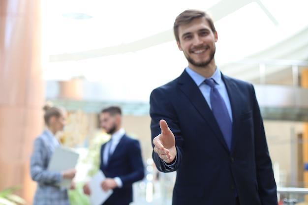 Um homem de negócios com a mão aberta pronta para fechar um negócio.