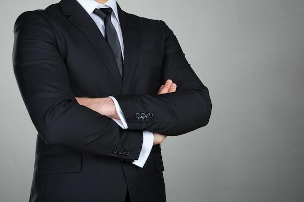 Um homem de negócios com os braços cruzados