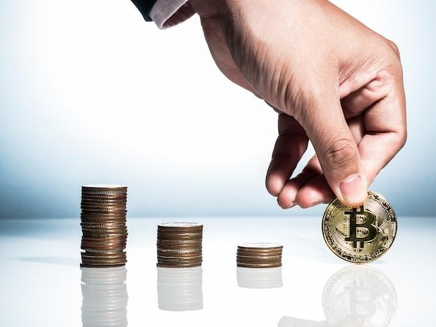 Um homem de negócios selecione bitcoin em vez de outras moedas