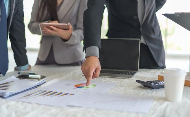 Um homem de negócios trabalhando plano de negócios e análise muitos gráfico gráfico