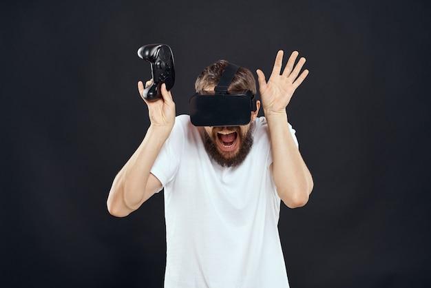 Um homem de óculos 3d joga um jogo de computador
