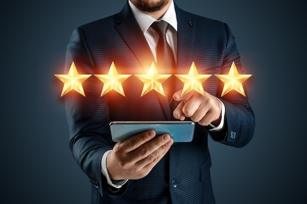 Um homem de terno dá uma avaliação de cinco estrelas. conceito de aumento de classificação, classificação. fechar-se.