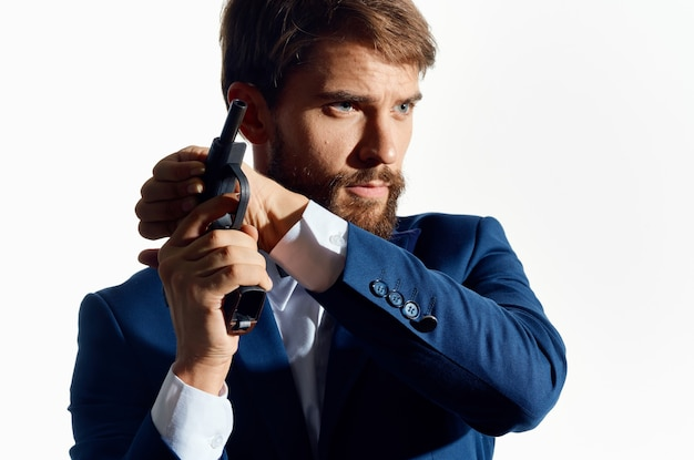 Um homem de terno mestre arma segurando dinheiro da máfia.
