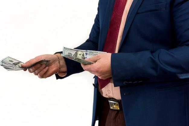 Um homem de terno oferece suborno por um produto ou serviço