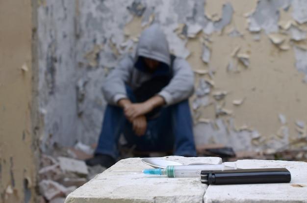 Um homem dependente de drogas sofre de abstinência