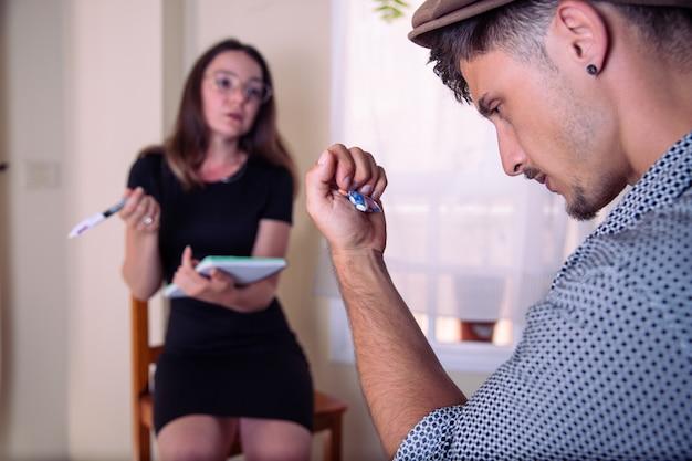 Um homem durante uma visita ao psicólogo ele tem o aconselhamento psicológico de drogas psiquiátricas