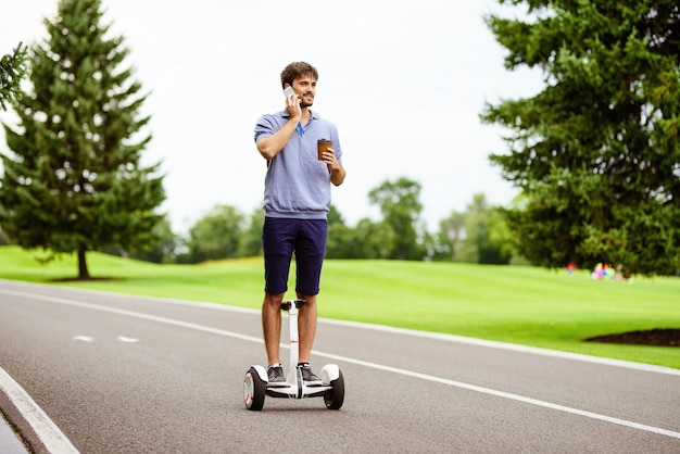 Um, homem, é, dirigindo, através, a, parque, ligado, um, gyroboard