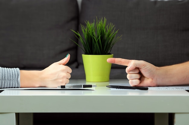 Um homem e uma mulher assinam um acordo de divórcio