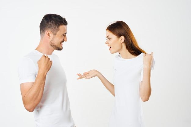 Um homem e uma mulher em camisetas coloridas posando juntos, um casal