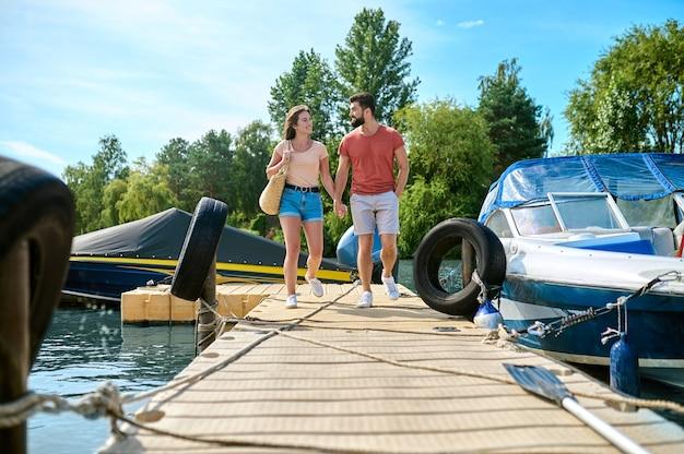 Um homem e uma mulher em uma doca após um passeio de barco