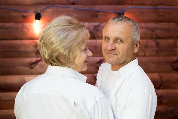 Um homem e uma mulher envelhecidos se abraçam