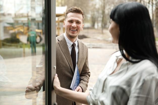 Um homem e uma mulher estão sorrindo um para o outro