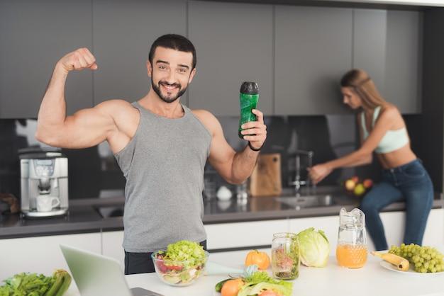 Um homem e uma mulher na cozinha de manhã