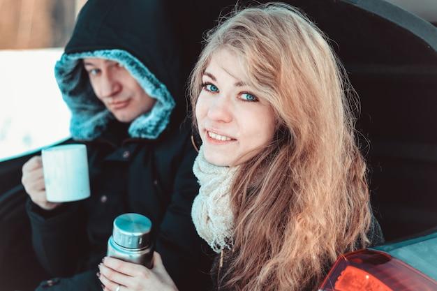 Um homem e uma mulher no caminhão do carro.
