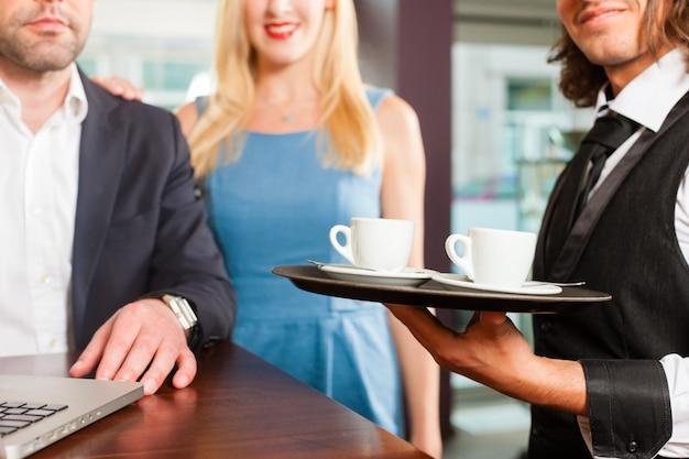 Um homem e uma mulher sentada no café