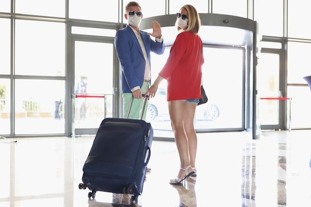 Um homem e uma mulher viajam durante uma pandemia